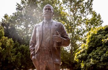Dunaszerdahelyen szobrot avattak Szladits Károlynak